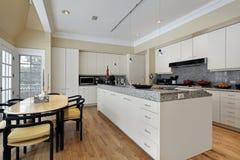 Cocina con el cabinetry blanco Fotografía de archivo