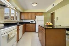 Cocina con el cabinetry de madera Imagenes de archivo