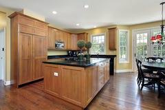 Cocina con el cabinetry de madera Fotos de archivo libres de regalías