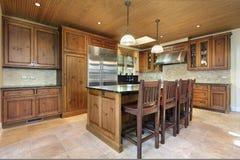 Cocina con el cabinetry de madera Foto de archivo