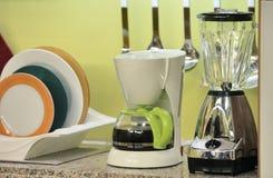Cocina con el fabricante de café y la prensa de la fruta fotos de archivo libres de regalías