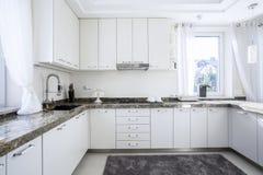 Cocina con el worktop de mármol Foto de archivo libre de regalías