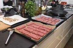 Cocina con la comida lista para guisar Imagen de archivo