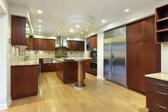 Cocina con la isla del autobús de dos pisos Foto de archivo libre de regalías
