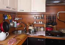 Cocina con los utensilios Fotografía de archivo
