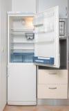 Cocina con un refrigerador abierto Fotos de archivo