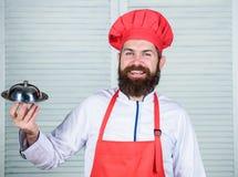 Cocina culinaria el hombre sostiene la bandeja del plato de la cocina en restaurante El cocinar sano de la comida Inconformista m imagen de archivo