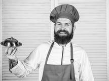 Cocina culinaria el hombre sostiene la bandeja del plato de la cocina en restaurante El cocinar sano de la comida Inconformista m fotografía de archivo