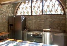 Cocina de acero modular con el refrigerador y el lavaplatos foto de archivo