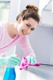 Cocina de la limpieza de la mujer Imágenes de archivo libres de regalías