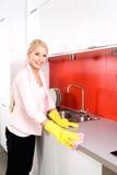 Cocina de la limpieza de la mujer Foto de archivo libre de regalías