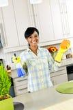 Cocina de la limpieza de la mujer joven Fotografía de archivo