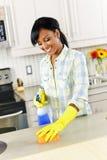 Cocina de la limpieza de la mujer joven Imágenes de archivo libres de regalías