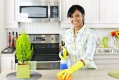 Cocina de la limpieza de la mujer joven Foto de archivo libre de regalías