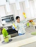 Cocina de la limpieza de la mujer joven Imagen de archivo libre de regalías
