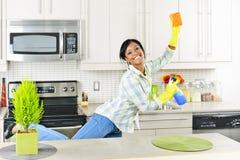 Cocina de la limpieza de la mujer joven Fotografía de archivo libre de regalías