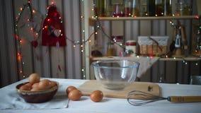 Cocina de la Navidad Ingredientes y herramientas para cocer en la cocina festiva almacen de metraje de vídeo