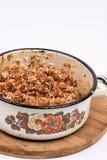 Cocina de las abuelas que prepara la carne picadita con arroz Imagen de archivo