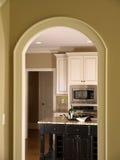 Cocina de lujo del hogar modelo a través de la puerta 2 del arco Imagenes de archivo