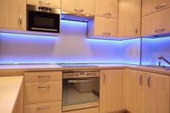 Cocina de lujo moderna con la iluminación púrpura del LED imagen de archivo