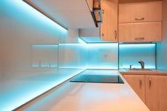 Cocina de lujo moderna con la iluminación azul del LED Fotos de archivo libres de regalías