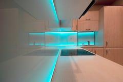 Cocina de lujo moderna con la iluminación azul del LED Fotografía de archivo libre de regalías