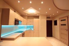 Cocina de lujo moderna con la iluminación azul del LED Imagenes de archivo