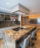 Cocina de mármol moderna con la isla imagen de archivo libre de regalías