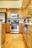 Cocina de madera con madera dura en el apartamento de lujo. Imagenes de archivo