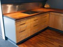 Cocina de madera del diseño moderno del estilo Fotografía de archivo libre de regalías