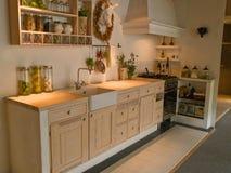 Cocina de madera del país del diseño clásico neo moderno Fotos de archivo
