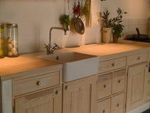 Cocina de madera del país del diseño clásico neo moderno Fotografía de archivo libre de regalías