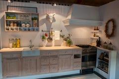 Cocina de madera del país del diseño clásico neo moderno Imagenes de archivo