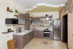 Cocina de madera hermosa del estilo rural con la decoración de piedra en yello Foto de archivo