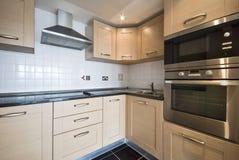 Cocina de madera moderna con las aplicaciones de plata Foto de archivo libre de regalías
