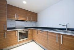 Cocina de madera moderna espaciosa con las aplicaciones Fotografía de archivo libre de regalías