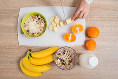 Cocina de Person Hands Preparing Breakfast In Foto de archivo