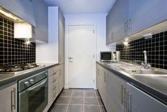 Cocina de plata moderna con los azulejos negros Imágenes de archivo libres de regalías