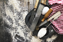 Cocina del concepto de la hornada que cocina los accesorios de los cubiertos para cocer encendido Imagen de archivo libre de regalías