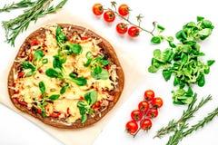 Cocina del restaurante con la pizza que se prepara en la opinión superior del fondo blanco Foto de archivo libre de regalías