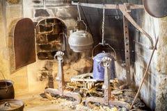 Cocina del vintage, chimenea y utensilios de la cocina Fotos de archivo