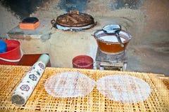 Cocina donde está el papel de arroz tradicional preparado Foto de archivo libre de regalías