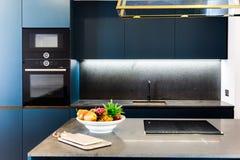 Cocina elegante moderna Foto de archivo libre de regalías