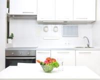 Cocina en los colores blancos imagen de archivo libre de regalías
