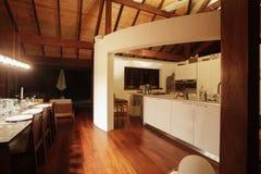 Cocina en una casa elegante Foto de archivo libre de regalías