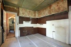 Cocina en viejo hogar abandonado Fotografía de archivo libre de regalías