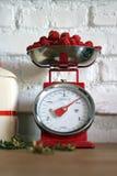 Cocina-escalas del vintage con las fresas imagenes de archivo