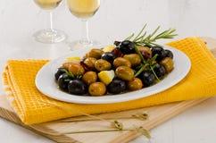 Cocina española. Aceitunas adobadas. Imagen de archivo