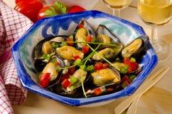 Cocina española. Mejillones en salsa. Mejillones un la Marinera. Fotos de archivo