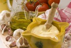 Cocina española. Salsa de la mayonesa del ajo. Fotografía de archivo libre de regalías